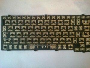 Грязная клавиатура после снятия клавиш (почистить)